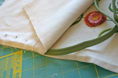 Blog flower pillow piping3